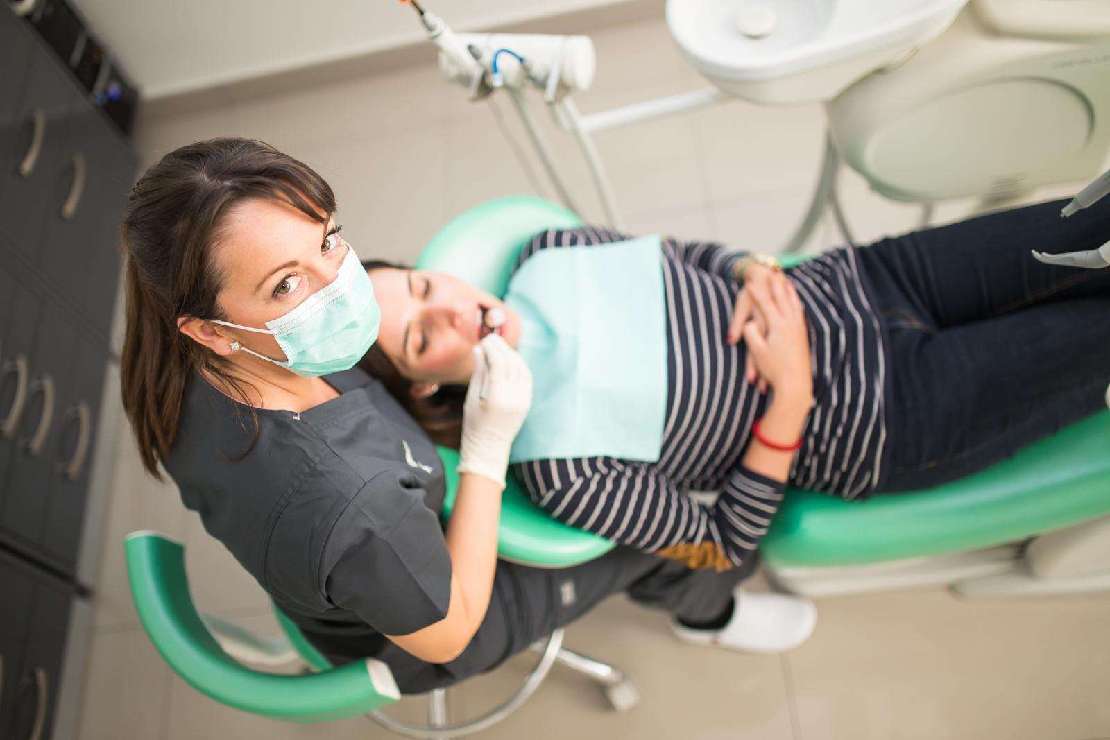 Dra. Ana Orozco Varo en gabinete de clinica dental en sevilla