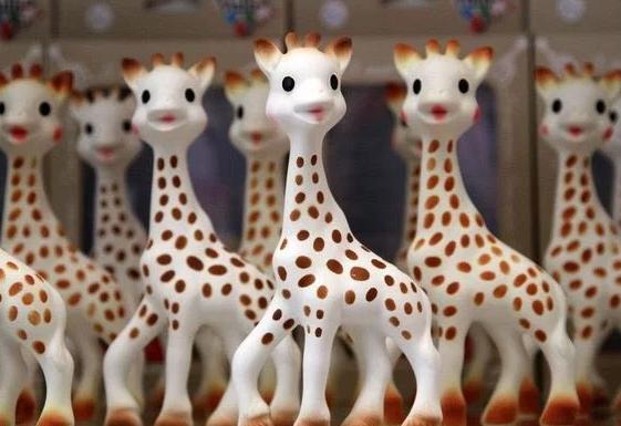 La jirafa sophi que alivia las molestias de la boca de tu bebé, jirafa sophi con bebés, mordedor, alivia la salida de los primeros dientes de tu bebé